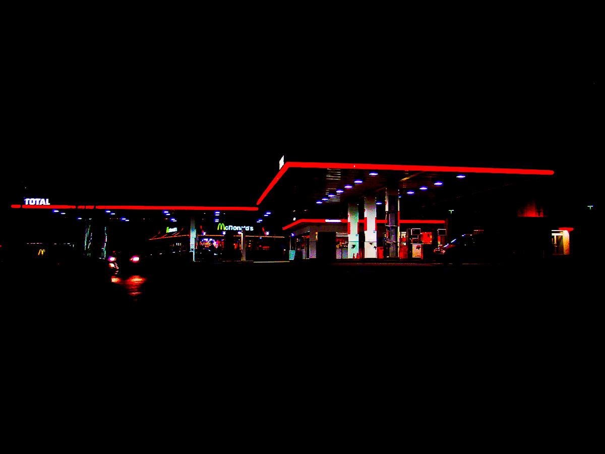 Rote Tankstelle in der Nacht